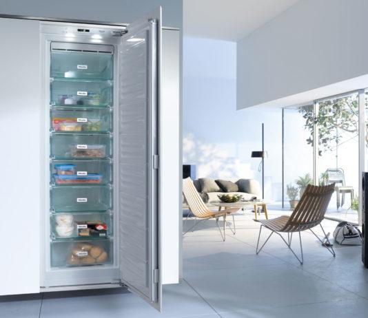 De beste tips om energie te besparen met je koelkast en diepvriezer. Energie besparen met de koelkast en diepvriezer PLAATSING Plaats de koelkast niet naast een warmtebron (radiator of fornuis) of in een warme ruimte (waar bijvoorbeeld de zon komt). Hoe warmer de omgeving, hoe meer energie nodig is om de koelkast op de juiste temperatuur te brengen. Het andere uiterste is evenmin aan te raden: plaats daarom geen koelkast of diepvrieskast in een ruimte waar het kouder is dan 15°C. Zorg dat de koelkast of diepvriezer waterpas staat voor een optimale werking. Plaats de koelkast of diepvriezer niet tegen de muur. De toestellen moeten hun warmte immers achteraan kwijt kunnen. Best voorzie je een tiental centimeter ruimte. GEBRUIK Open de deur van de koelkast of diepvriezer zo min en zo kort mogelijk. Zo gaat er minder energie verloren. Koelkasten met een home bar hebben een kleiner deurtje ingebouwd in de grote deur, waarmee je toegang hebt tot veelgebruikte dranken en snacks. Zo moet de volledige deur niet open! Gebruik de invriesstand bij de diepvriezer zo kort mogelijk. Bewaar geen producten in de koelkast die best buiten de koelkast gehouden kunnen worden. Denk maar aan conservenblikken en glazen bokalen met groenten. Velen weten het niet maar tomaten, komkommers en aubergines bewaar je best buiten de koelkast op kamertemperatuur. Hetzelfde geldt voor tropische vruchten zoals mango en meloenen. Een volle koelkast gebruikt naar verhouding minder energie dan een lege. Een handige tip is de koelkast vullen met drank. Deze houden de koude langer vast waardoor de koelkast minder vaak aanslaat. Hetzelfde geldt voor de diepvriezer: probeer die zo vol mogelijk te houden. Prop hem echter niet te vol: de lucht moet goed kunnen blijven circuleren. Laat diepvriesproducten uit zichzelf of bij voorkeur in de koelkast ontdooien. De vrijgekomen koude dient als koelelement voor de koelkast. Wel de voedingswaren goed afdekken zodat er niet te veel vocht in de koelruimte terecht komt. 