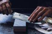 Aiguiser des couteaux sur une pierre à aiguiser. Comment faire ?