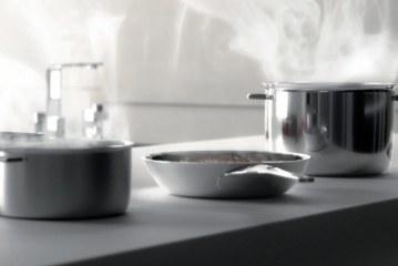 Het keukenwerkblad met onzichtbare inductiezones